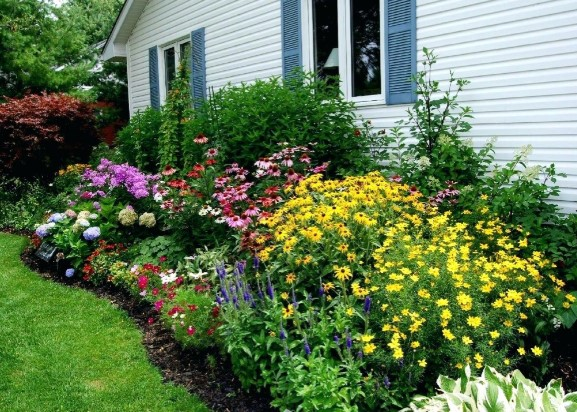 How Do You Keep Grass Out of Flower Beds?